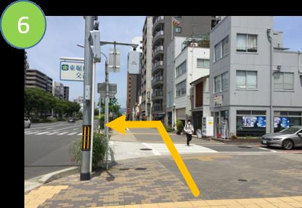 小さな横断歩道を渡り 左の大きな横断歩道を渡ります。