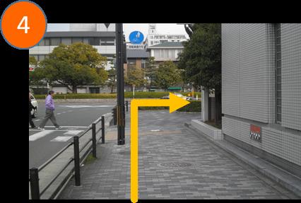 交差点を右に曲がります。