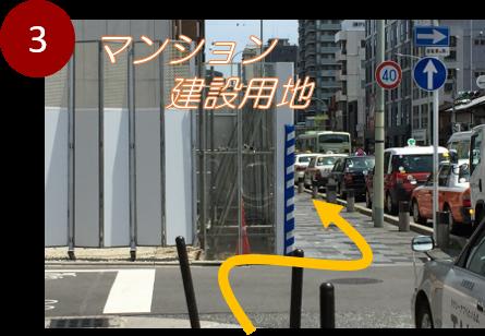 3番出口を出ると「四条大宮」バス停です。そのまま進むとマンションの建設用地があり、その横を進みます。