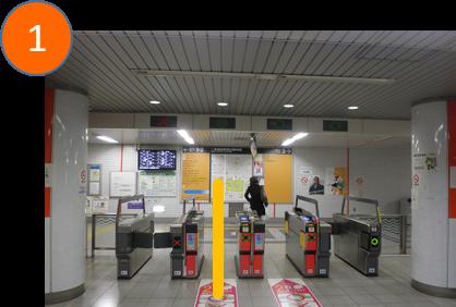 地下鉄改札(改札は一カ所です。)を出て 左に曲がります。